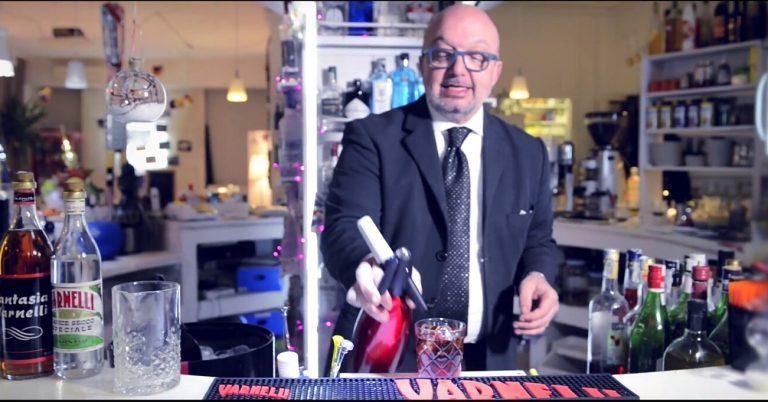 Il Barman Stefano Renzetti mentre prepara un drink